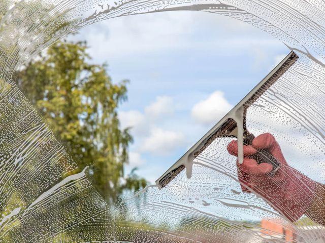 langų, reklamų ir stiklinių paviršių valymas